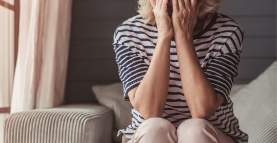 Existe algum risco se eu chorar após a cirurgia de catarata?