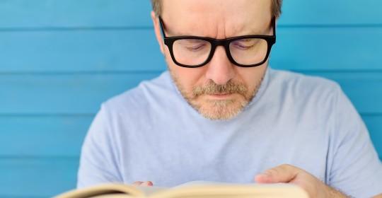 Forçar a visão pode ocasionar algum erro refrativo?